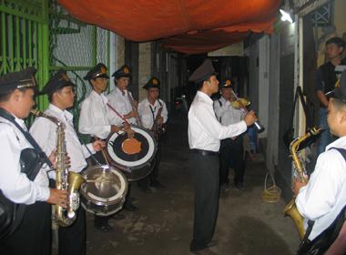 Đội kèn nhạc phục vụ tại 1 đám tang.