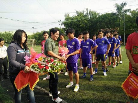 Ông Bùi Tấn Giới – GĐ NT Cao su Tân Lập tặng hoa và cờ lưu niệm cho các đội