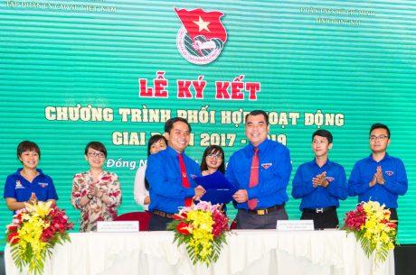 Đ/c Nguyễn Cao Cường - Bí thư Tỉnh đoàn Đồng Nai và Đ/c Thái Bảo Tri - Bí thư ĐTN VRG trao đổi bản ký kết quy chế kết hợp
