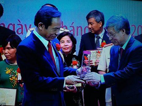 Đ/c Trần Quốc Vượng -Ủy viên Bộ Chính trị, Bí thư TƯ Đảng, Chủ nhiệm Ủy ban Kiểm tra TƯ trao giải thưởng cho TGĐ Trần Ngọc Thuận.