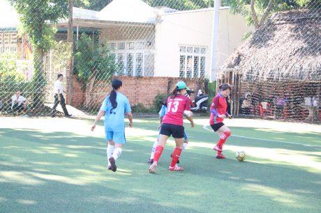 Một pha bóng trong trận tranh hạng ba  giữa đội khối Cơ quan (áo đỏ) và Nông trường Xa Cam