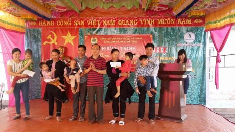 Ông Phan Tấn Hải trao quà cho các cháu.