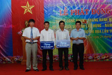 Lãnh đạo công ty và CĐ công ty trao nhà mái ấm công đoàn cho 2 nông trường