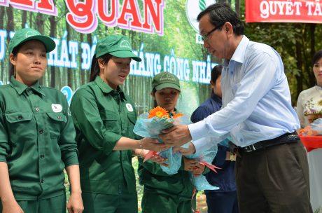 Ông Nguyễn Văn Thanh - TGĐ công ty động viên công nhân lao động.