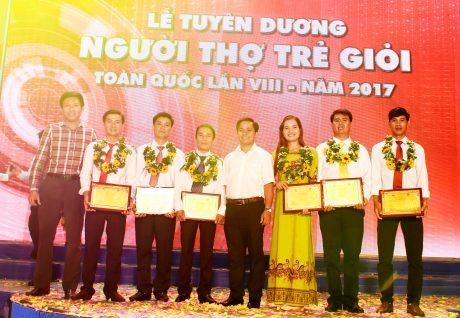 Anh Thái Bảo Tri - Bí thư ĐTN VRG ( thứ 4 từ phải sang) và anh Nguyễn Minh Thông -  BTV ĐTN VRG chụp hình lưu niệm với 6 gương mặt được tuyên dương