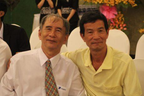 Ông Dương Thanh Bạch (bên phải) cùng ông Nguyễn Văn Hoa – nguyên chuyên viên về công tác thi đua khen thưởng của VRG