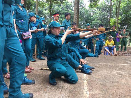 VĐV Cao su Lộc Ninh thi đấu bắn súng.