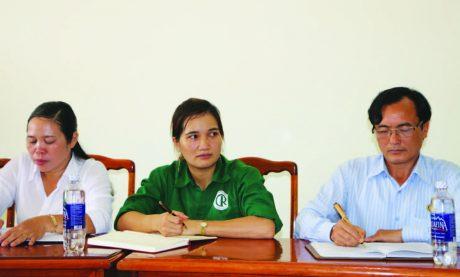 Chị Huỳnh Thị Lệ Hằng (giữa) trong cuộc họp BCH Công đoàn NT Thọ Sơn, Cao su Phú Riềng