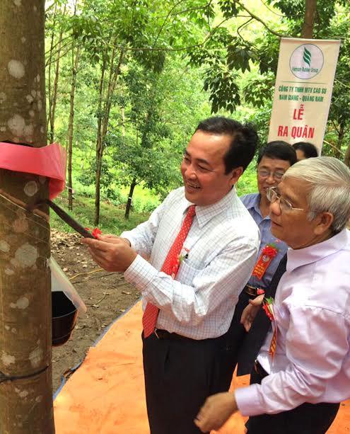 -Ông Huỳnh Khánh Toàn - Phó Chủ tịch thường trực UBND tỉnh Quảng Nam thực hiện nghi thức mở cạo tại buổi lễ