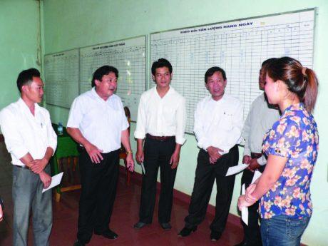 Chủ tịch CĐ Cao su VN Phan Mạnh Hùng và Phó Chủ tịch Võ Việt Ngân thăm hỏi, động viên CBCNV Công ty CP Cao su Quasa Geruco. Ảnh: Nguyễn Cường