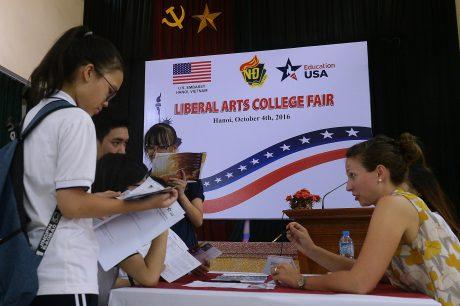 Các em học sinh tìm hiểu thông tin du học