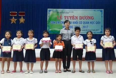 Bà Hà Thị Kim Duyên - Chủ tịch Công đoàn cơ sở Khối cơ quan trao thưởng cho các cháu học sinh