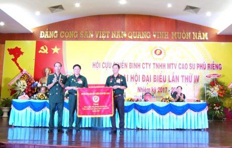 Đại diện lãnh đạo Hội CCB tỉnh Bỉnh Phương trao cờ của Trung ương hội CCB Việt Nam cho đại diện hội CCB công ty