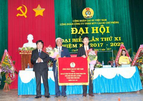 CT CĐ CSVN Phan Mạnh Hùng tặng cơ thi đua cho CĐ cao su Chư Prông