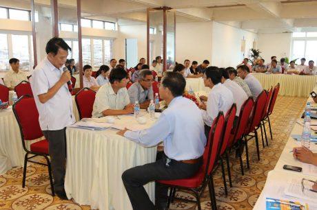 Các học viên thực hành bài đối thoại giữa doanh nghiệp và người lao động