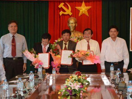 Ông Võ Sỹ Lực - Chủ tịch HĐTV VRG trao các quyết định lãnh đạo Công ty TNHH MTV Cao su Chư Păh.
