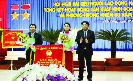 Chủ tịch CĐ Cao su VN Phan Mạnh Hùng (bên phải) trao Cờ đơn vị xuất sắc năm 2015 của Tổng LĐLĐ VN cho CĐ Cao su Dầu Tiếng