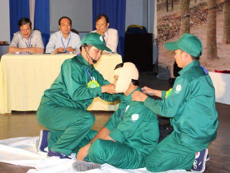 """Sơ cứu ban đầu khi bị tai nạn lao động, một nội dung trong Hội thi """"An toàn vệ sinh viên giỏi"""" do CĐ Cao su VN tổ chức. Ảnh: Phan Thắng"""