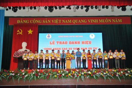 Trao danh hiệu Công nhân cao su VN ưu tú khu vực miền Đông Nam bộ. Ảnh: Tùng Châu