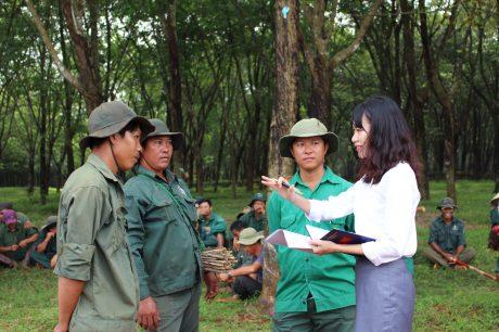 Phóng viên Tạp chí Cao su Việt Nam trao đổi với công nhân trong giờ giải lao