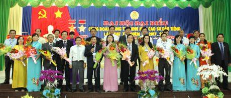 Chủ tịch CĐ Cao su VN Phan Mạnh Hùng (bên phải) và quyền Chủ tịch HĐTV Cao su Dầu Tiếng Nguyễn Quốc Việt (hàng đầu, thứ 5 từ trái sang) tặng hoa chúc mừng BCH nhiệm kỳ 2017 - 2022 ra mắt đại hội
