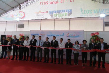 Các đại biểu khách mời cắt băng khai mạc