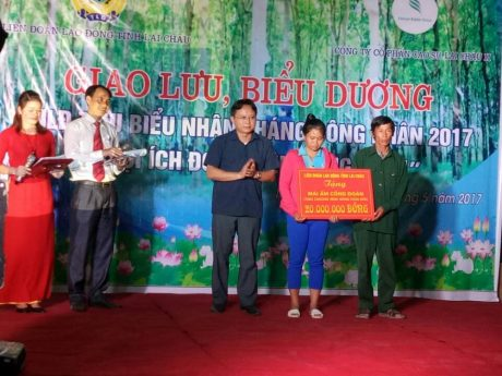 Trần Quốc Khanh – Phó Bí thư Huyện ủy Nậm Nhùn, tỉnh Lai Châu trao mái ấm tình thương của LĐLĐ tỉnh cho hộ gia đình khó khăn tại xã Nậm Hàng
