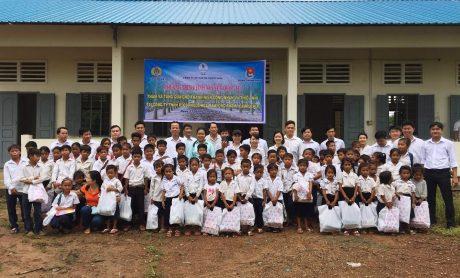 Đoàn thanh niên tình nguyện Công ty CPCS Phước Hòathăm tặng quà cho các cháu thiếu nhi tại Vùng dự án Phước Hòa – KamPong Thom