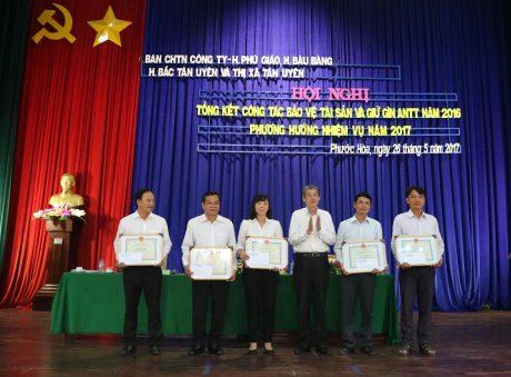 Phó Tổng Giám đốc VRG Hứa Ngọc Hiệp (ở giữa) trao Bằng khen cho các tập thể có thành tích xuất sắc trong công tác bảo vệ tài sản năm 2016