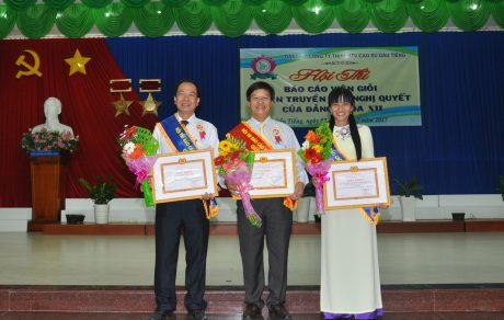 Thí sinh Nguyễn Văn Dũng (đứng giữa) đạt giải nhất cùng 2 thí sinh đạt giải nhì Hội thi