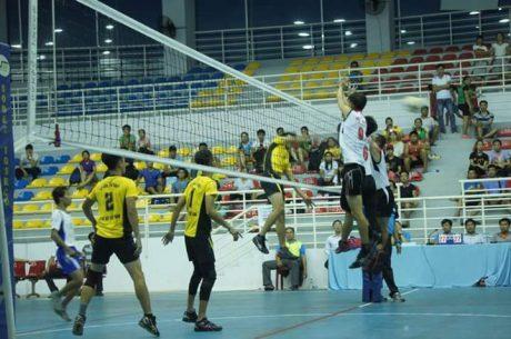Đội Bóng chuyền nam Cao su Dầu Tiếng (áo vàng) thi đấu tranh cúp vô địch tỉnh Bình Dương.