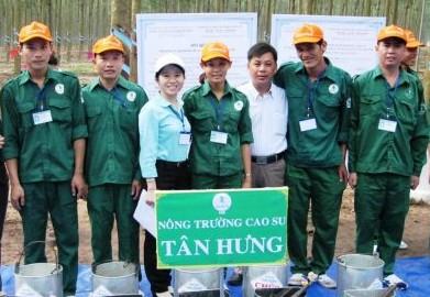 Anh Đỗ Lường Minh (ngoài cùng bên phải) cùng đội tham gia Hội thi Bàn tay vàng khai thác mủ cao su năm 2016 cấp Công ty.