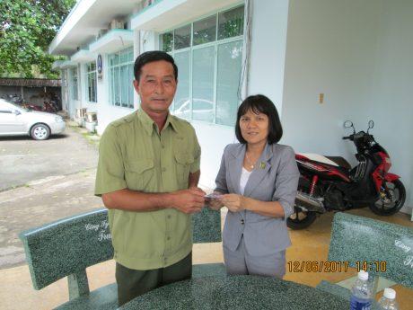 Bà Nguyễn Thị Phi Nga, Chủ tịch Công đoàn Công ty CPCS Phước Hòa tặng quà cho anh thương binh Phạm Văn Đan nhân kỷ niệm ngày Thương binh Liệt sỹ