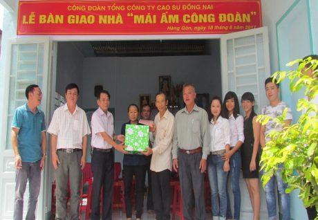 Ông Hoàng Đức Hải – Phó Chủ tịch CĐ Cao su Đồng Nai trao quyết định và tặng quà cho gia đình CN Nguyễn Trọng Hiệp (Công ty CP Chế biến Gỗ).
