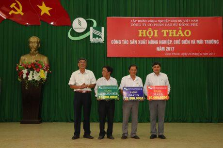 Phó TGĐ VRG Nguyễn Tiến Đức (bên trái) trao thưởng 3 sáng kiến kỹ thuật đạt hiệu quả của Cao su Đồng Phú tại hội nghị nông nghiệp.