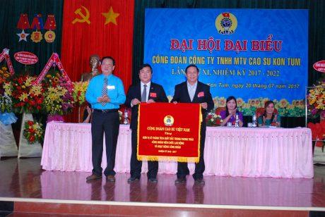 Công đoàn Cao su VN trao cờ thi đua xuất sắc cho công đoàn công ty