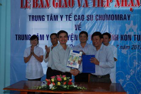 Ông Trần Xuân Thịnh - TGĐ Công ty CP CS Mang Yang - Ratanakiri trao văn bản ký kết bàn giao cho Giám đốc sở y tế tỉnh Kon Tum