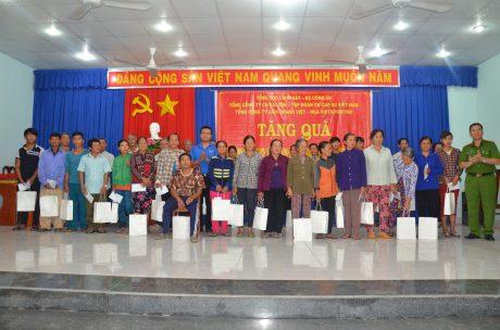 Đ/c Lê Anh Dũng - Phó Bí thư ĐTN VRG tặng quà cho các gia đình chính sách.