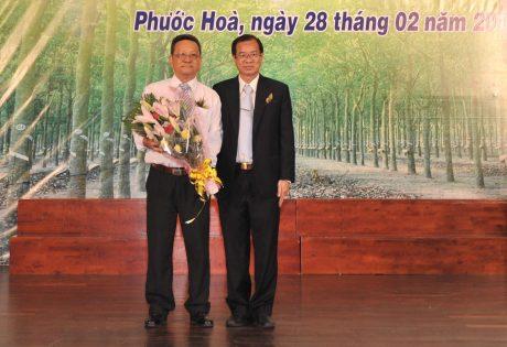 Ông Nguyễn Văn Tân - Nguyên Phó TGĐ VRG, nguyên TGĐ Công ty CPCS Phước Hòa (bên phải) tặng hoa cho ông Nguyễn Tất Chiến – Nguyên Giám đốc Công ty Cao su Phước Hòa tại lễ kỷ niệm 35 năm thành lập công ty.