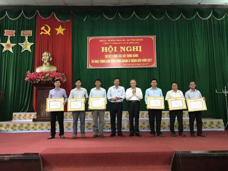 Trao bằng khen của Tỉnh ủy cho các tổ chức cơ sở đảng đạt trong sạch vững mạnh 5 năm liên tục (2012-2016).