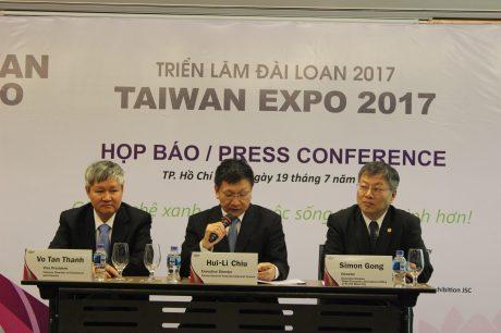 Các đại biểu trả lời truyền thông và thông tin về triển lãm trong buổi họp báo