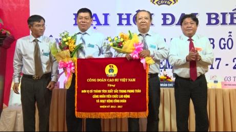 Chủ tịch Công đoàn CSVN Phan Mạnh Hùng, ông Trần Văn Đá – Bí thư chi bộ, TGĐ GTA trao cờ thi đia xuất sắc của Công đoàn CSVN và hoa cho đại diện công đoàn GTA