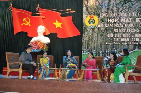 Chị Nguyễn Thị Hòa (thứ 3 từ trái sang) trong lần dự buổi họp mặt 8/3 của TCT CS Đồng Nai.