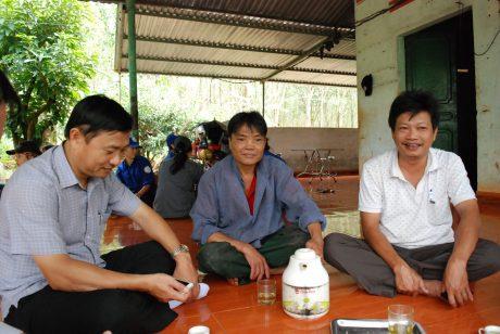 Anh Đỗ Văn Thoại (giữa) trò chuyện với anh em trong tổ trong lúc chờ trút mủ.