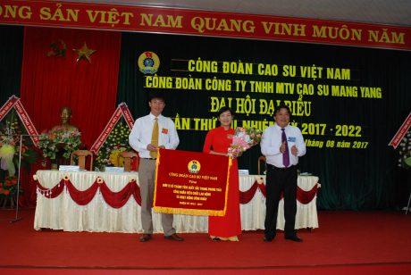 Chủ tịch Phan Mạnh Hùng  tặng cờ thi đua xuất sắc cho công đoàn công ty