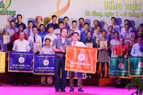 Ông Phan Viết Phùng - Trưởng Ban TĐ TTVT VRG - Phó Ban thường trực BTC Hội thi trao giải nhất cho đơn vị Công ty CP Cao su Hà Giang