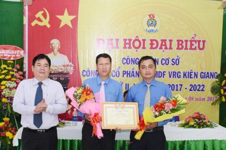 Ông Võ Việt Tài - Phó Chủ tịch CĐ CSVN  trao bằng khen cho đại diện BCH CĐ công ty