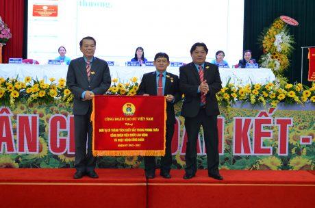 Ông Phan Mạnh Hùng - Chủ tịch Công đoàn CSVN tặng Cờ thi đua xuất sắc cho Công đoàn TCT