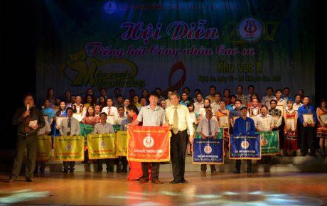 Ông Hừa Ngọc Hiệp - Phó TGĐ VRG, Trưởng Ban tổ chức trao giải nhất cho Cao su Mang Yang