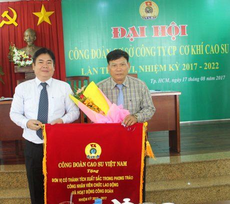 Ong Võ Việt Tài - Phó Chủ tịch CĐ Cao su VN trao Cờ thi đua cho CĐ Cơ khí Cao su